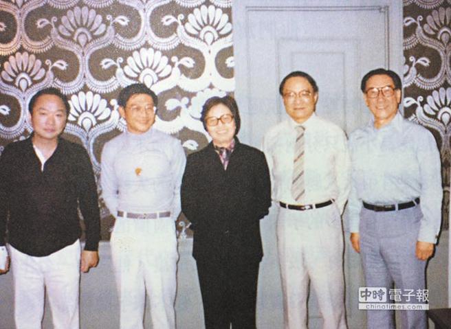 古龙与倪匡、孙淡宁(笔名农妇)、金庸和蒋纬国在台湾石门水库宾馆留影